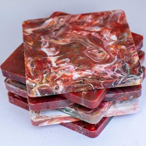 posavasos de plástico reciclado rojos hechos por productores locales